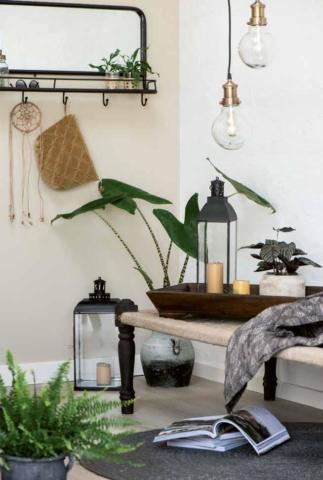 Wandspiegel und Lampen
