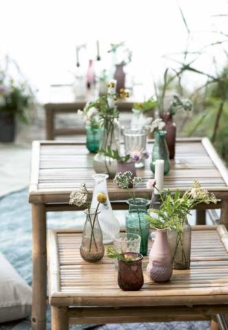 Bunte Blumenvasen mit Teelicht
