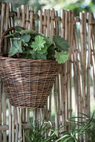 Körbe aus Bambus und Bast für den Garten