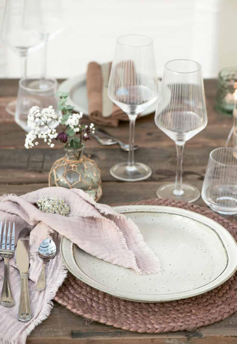Porzellan und Gläser auf dem Esstisch von IbLaursen
