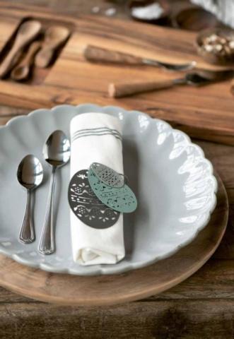Leinenservietten und Tischdekoration