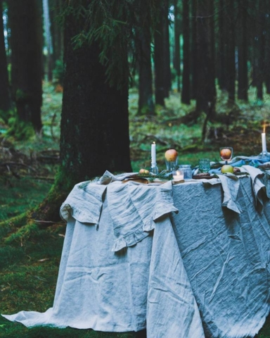 Bettlaken, Vorhänge und Tischdecken von MagicLinen im Wald