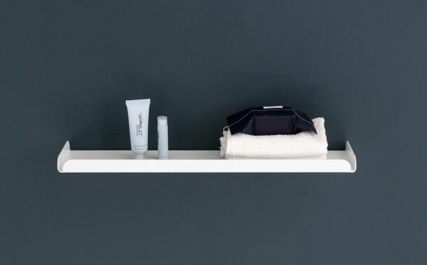 Wandregal aus Metall in weiß von Anne Linde als Ablage im Badezimmer