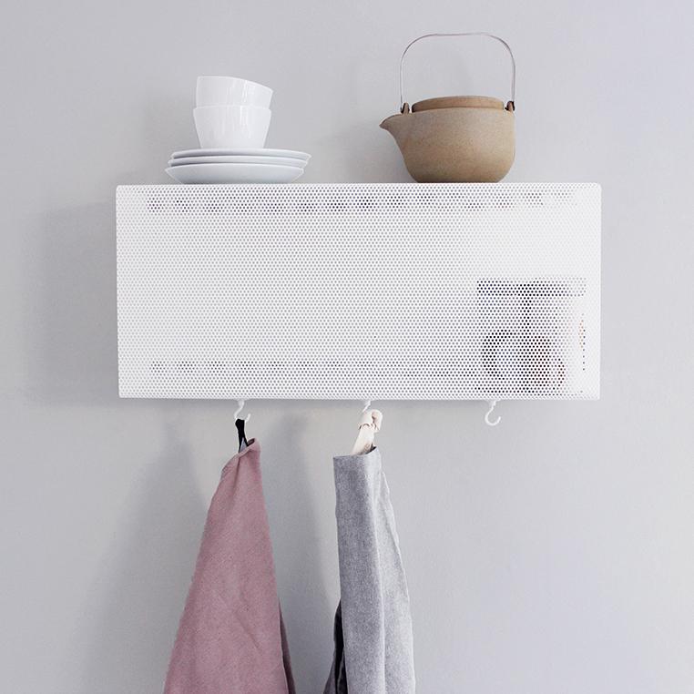 Wandregal aus Metall in weiß, gelocht, von Anne Linde als Handtuchaufhänger