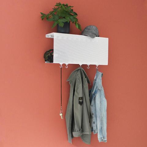 Wandregal aus Metall in weiß von Anne Linde als Garderobe für kleine Räume