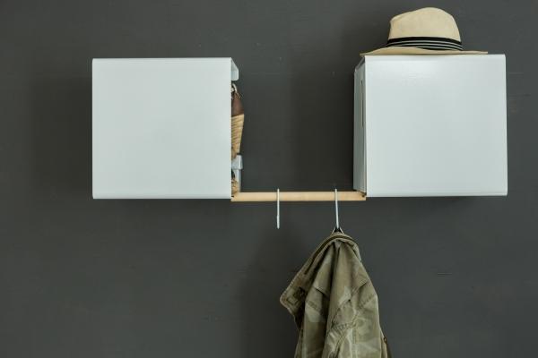 Wandregal aus Metall in weiß mit Holzverbinder von Anne Linde als modulare Dielenablage