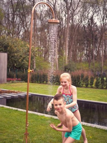 DIY Gartendusche für Kinderspiele im Sommer