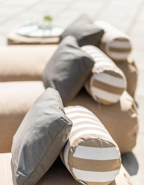 Sitzkissen und Liegematten aus Skandinavien in beige-weißen Streifen