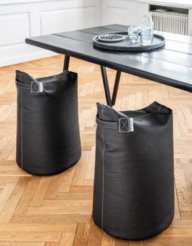 Sitzkissen in schwarz.
