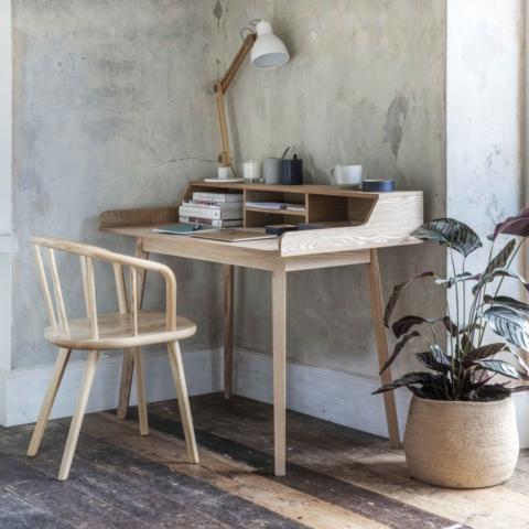 Home Office mit Stuhl und Lampe